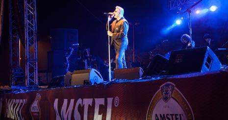 Loquillo hizo vibrar a los asistentes con la potencia del mejor rock español.