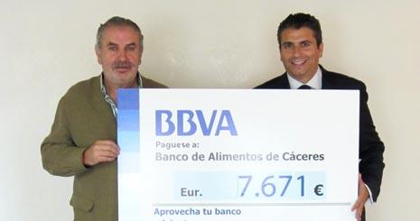 El presidente del Banco de Alimentos, a la izquierda, y el director de zona de BBVA Antonio García Preciados, junto con una reproducción del cheque.