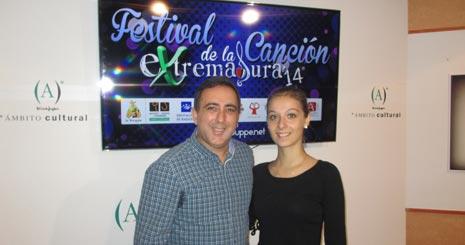 Victoriano Baena, director del Festival, y Ana Morán, ganadora de la última edición.