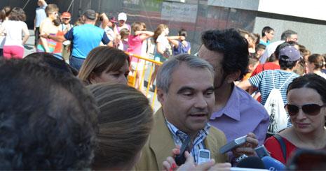 El alcalde es preguntado en su visita al Frutellón / GRADA