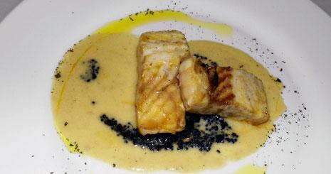 Esturión a la plancha sobre crema de almendras y caviar con alcachofas