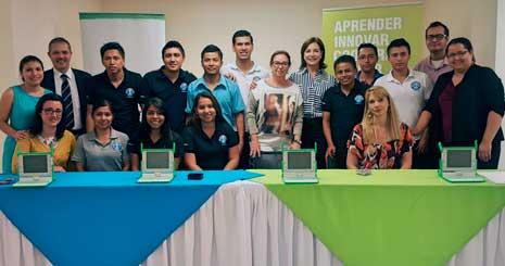 Técnicos de Fundecyt-Pctex en el centro de software en Managua