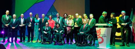 Foto de familia de autoridades y galardonados en los Premios Grada 2015
