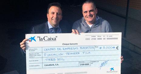 Rafael Partido, a la izquierda, entrega el cheque de la donación a José Antonio Lagar