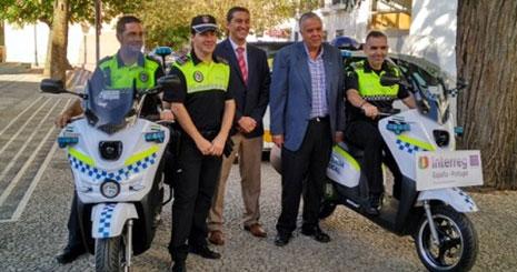Entrega de las motos eléctricas a la Policía de Villafranca de los Barros
