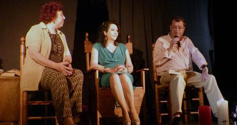 Acompañada por Rosa Lencero y Fernando Serrano, durante la presentación de 'Orellana'. Cedida