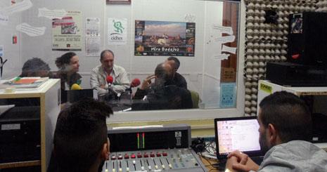 Estudio de radio. Internos junto a los profesores Alfredo Álvarez y Pilar Suárez