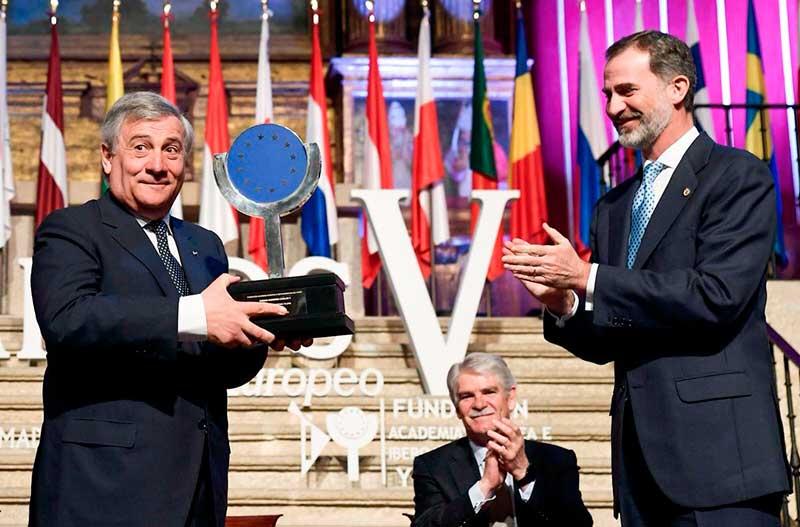 El presidente del Parlamento Europeo, Antonio Tajani, recibe el Premio Carlos V