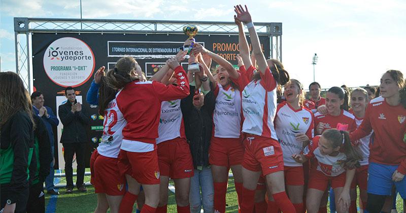 El futbol femenino triunfa con la victoria de Real Betis y Santa Teresa Badajoz
