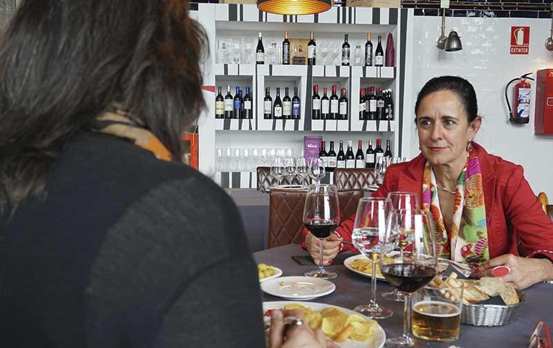 Julia Marín Expósito. Presidenta de la Asociación de Enólogos de Extremadura. Grada 124. Mesa y mantel