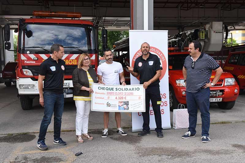 La Asociación de bomberos solidarios de Cáceres colabora con la Asociación de fibrosis quística