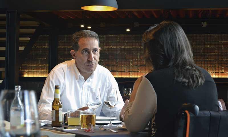 Alberto Covarsí Guijarro. Vicepresidente de Juvenex. Grada 125. Mesa y mantel