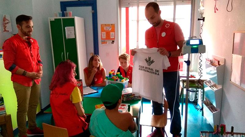 El 'Día de la camiseta' de Caja Rural de Extremadura colabora con el proyecto 'Infancia hospitalizada' de Cruz Roja