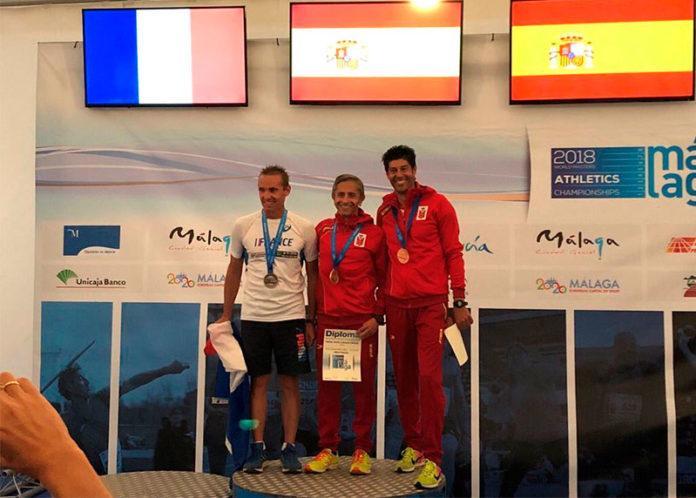 Leo Toro en el podio de los 10 km marcha del Mundial Veterano de Atletismo