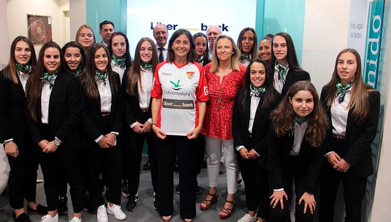 Liberbank se convierte en el patrocinador principal del equipo de fútbol femenino del Santa Teresa Badajoz