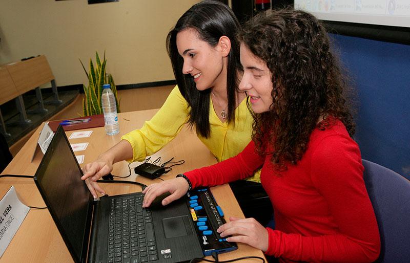 El acceso a la lectura y a las tecnologías inclusivas facilitan la vuelta al colegio de 128 estudiantes ciegos en Extremadura