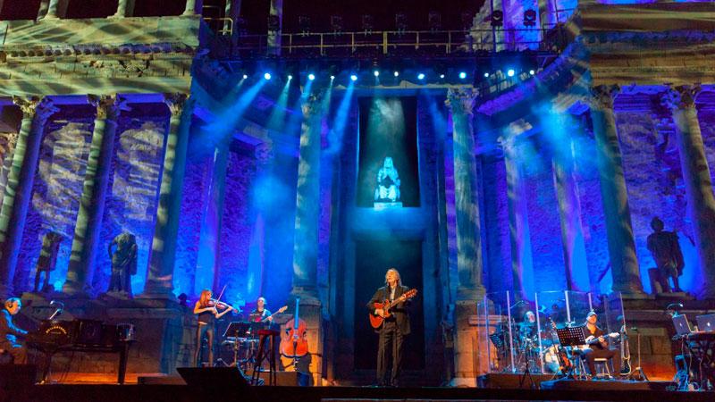 Joan Manuel Serrat ofrece un concierto multitudinario y emotivo en el Teatro Romano de Mérida