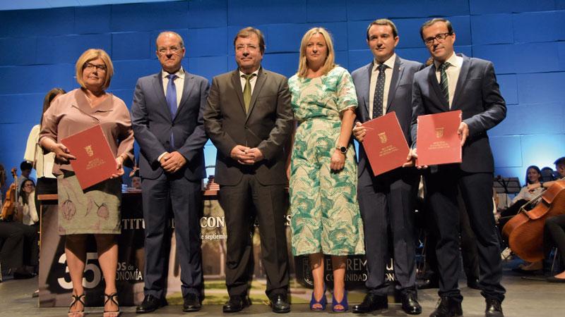 Los alcaldes reciben un homenaje por su contribución al desarrollo de la región. Grada 127. Fempex
