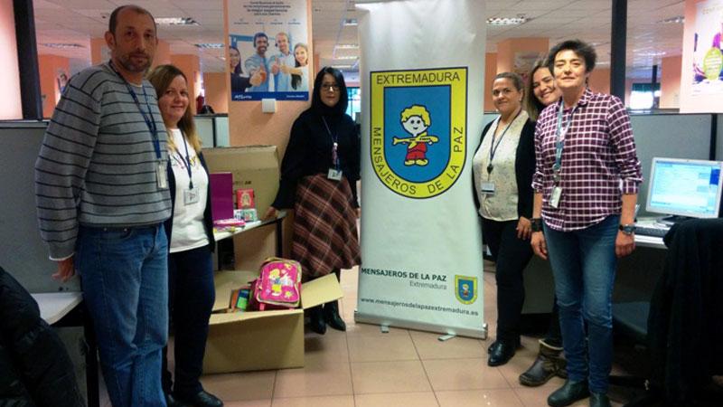 Trabajadores de Atento donan material escolar a la asociación Mensajeros de la Paz Extremadura