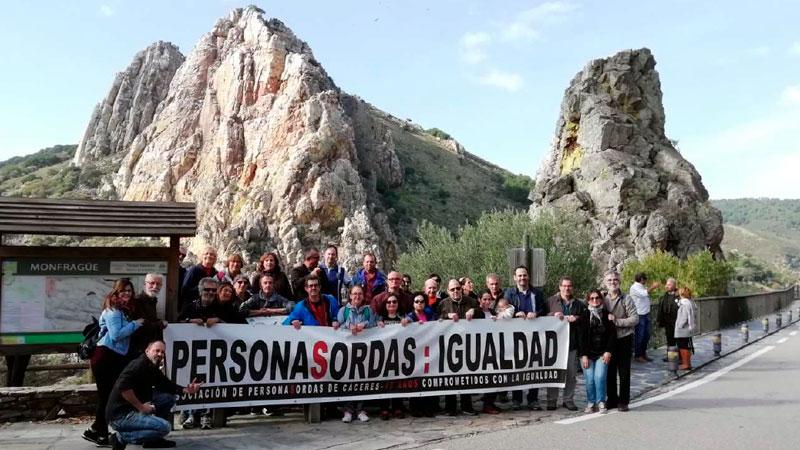La Asociación de Personas Sordas de Cáceres ha llevado a cabo una visita para la comunidad sorda y sordociega por Monfragüe