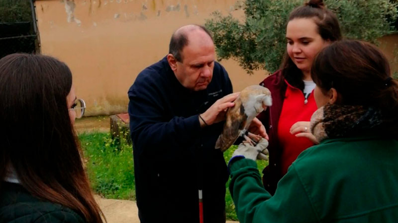 Personas sordas y sordociegas visitan el Centro de Recuperación 'Los Hornos' de Sierra de Fuentes