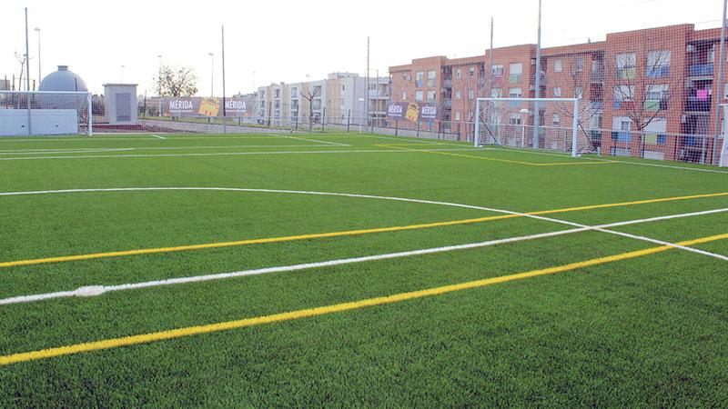 Mérida cuenta con un nuevo campo de fútbol de césped artificial ubicado en La Corchera
