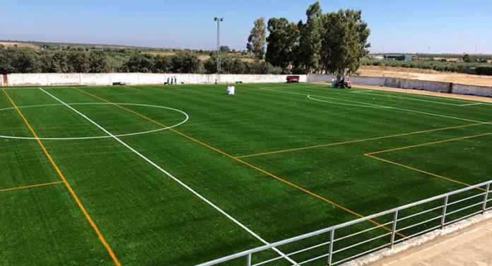 La Albuera cuenta con nuevo césped artificial para su campo de fútbol 'Los Badenes'