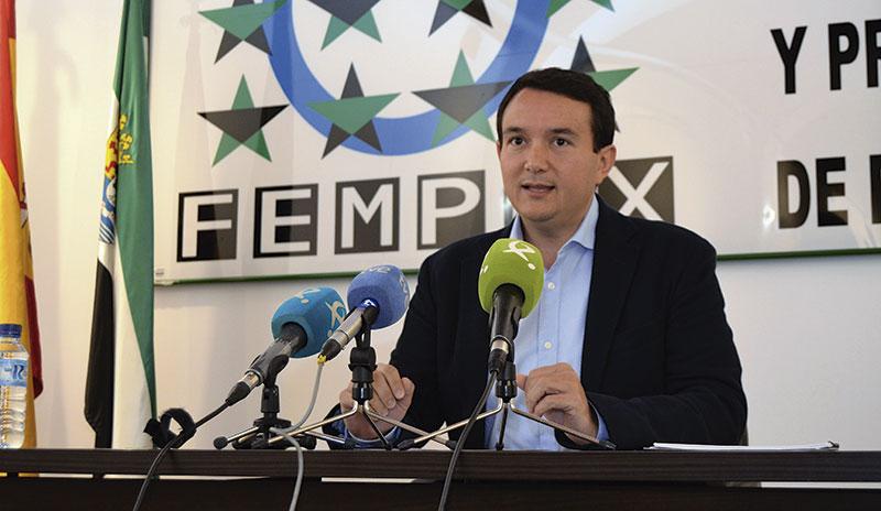 Francisco Buenavista celebra la aprobación de la Ley de Garantía de la Autonomía Municipal de Extremadura. Grada 130. Fempex