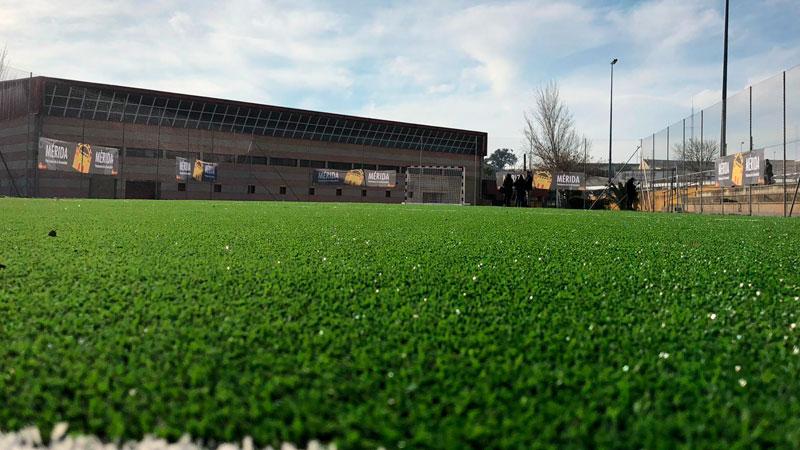 El complejo deportivo 'La Paz' de Mérida cuenta con una nueva pista externa con moqueta de césped