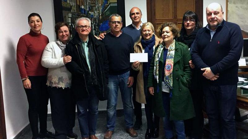 La Cofradía de la Esperancita de Zafra entrega los 1.800 euros recaudados en el IV Roscón solidario