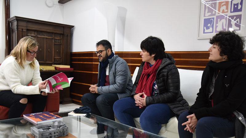 Blanca Martín se reúne con la Fundación Triángulo y la oenegé colombiana 'Caribe Afirmativo'. Grada 131. Asamblea de Extremadura