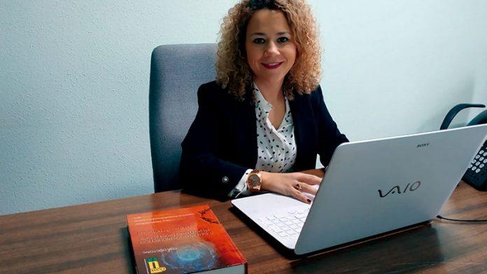 Leticia Gándara realiza su tesis doctoral sobre lenguas inventadas para la literatura y el cine. Grada 131. Universidad de Extremadura
