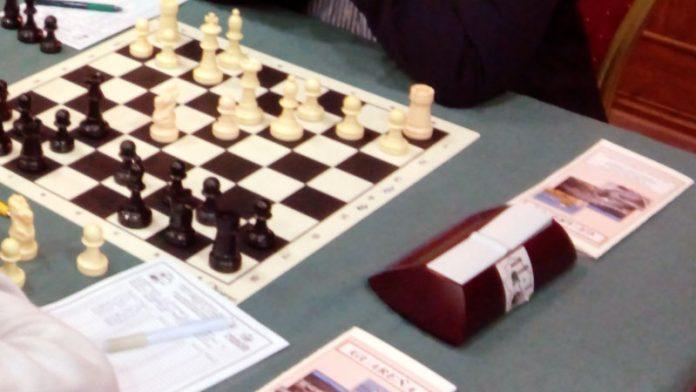 Profesores de la Universidad de Extremadura dan una charla sobre ajedrez y marketing en el centro penitenciario de Badajoz