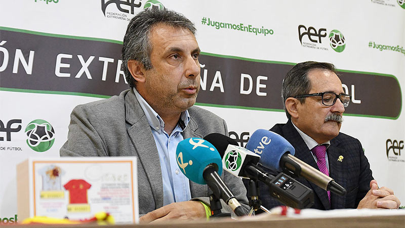 La Federación Extremeña de Fútbol y la Fundación Ícaro impulsan la oncología infantil