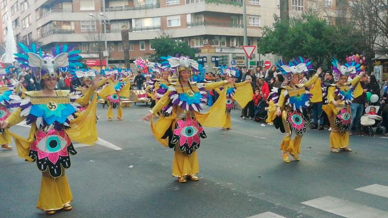 El desfile infantil llena de color las calles de Badajoz