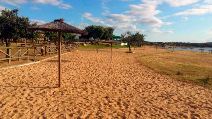 La playa de Cheles consigue la Bandera Azul