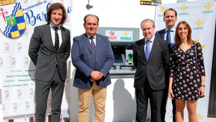 Caja Rural de Extremadura instala el primer cajero automático en la localidad pacense de Barbaño