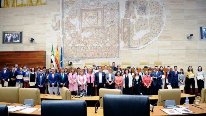 La Asamblea de Extremadura acoge la quinta edición del Debate escolar del instituto Rodríguez Moñino de Badajoz. Grada 135