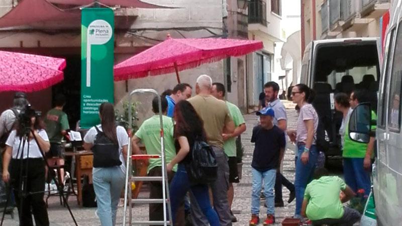 La Asociación Cívica, la asociación de vecinos del Casco antiguo y Plena inclusión Olivenza colaboran en el embellecimiento de Badajoz