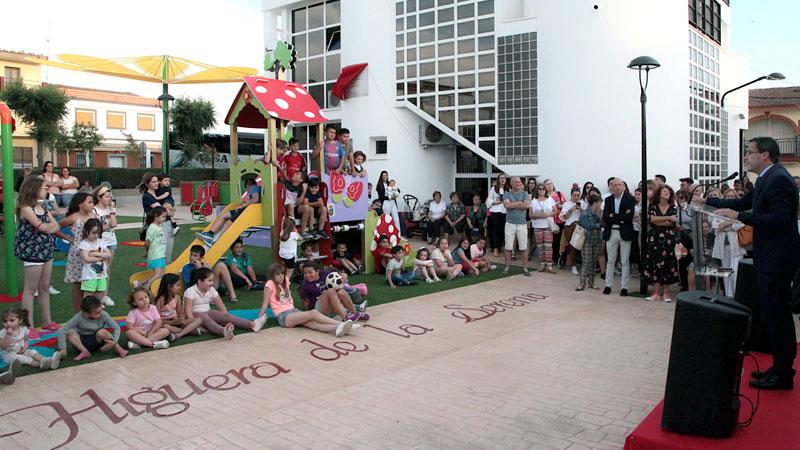 Higuera de la Serena remodela un parque infantil que ahora incluye zona de columpios y juegos