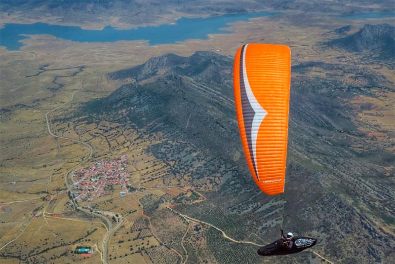 Francis Reina se impone en el Campeonato de España de parapente en Zarza Capilla