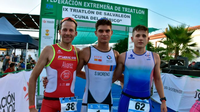 Sergio Moreno y María Remedios Mendoza consiguen el triunfo en el Triatlón de Salvaleón