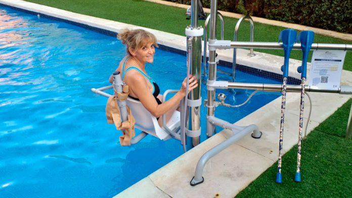 La comunidad de propietarios de la calle Juan Miró 11 de Badajoz instala una silla hidráulica en la piscina