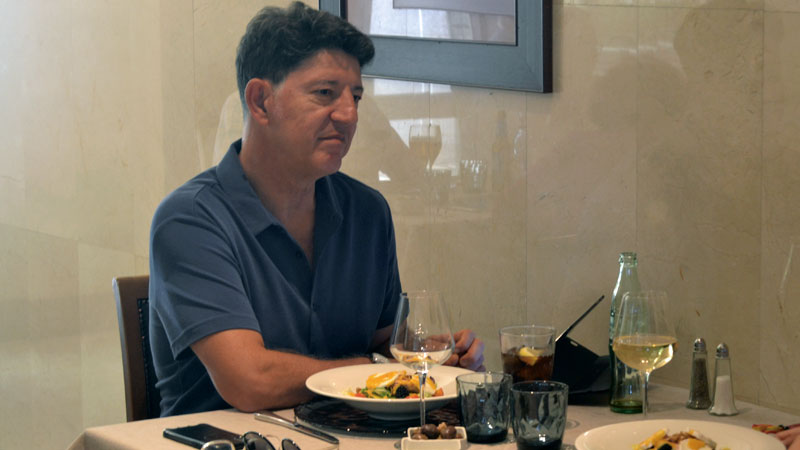 Florencio Monje Gil. Presidente de la Sociedad Española de Cirugía Oral y Maxilofacial. Grada 137. Mesa y mantel