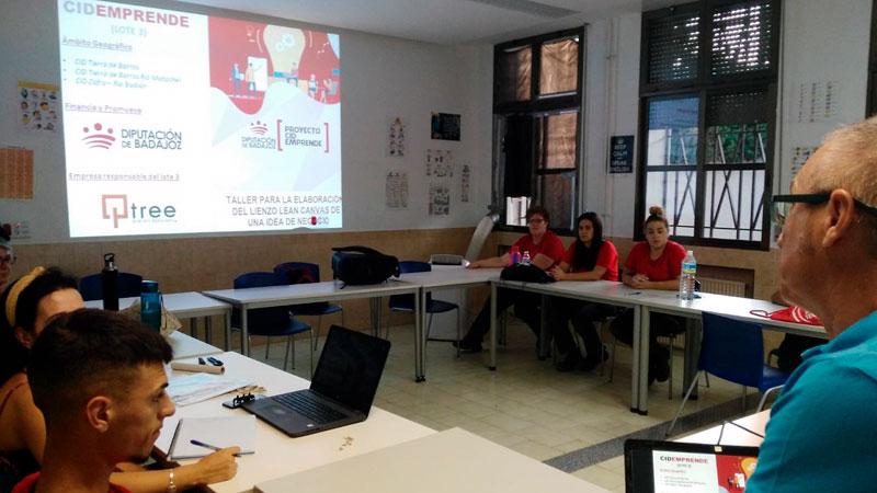 El proyecto CID Emprende pone en marcha en Villafranca de los Barros un taller sobre fruticultura