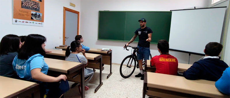 Rubén Tanco muestra el ciclismo inclusivo a un grupo de jóvenes de Mérida