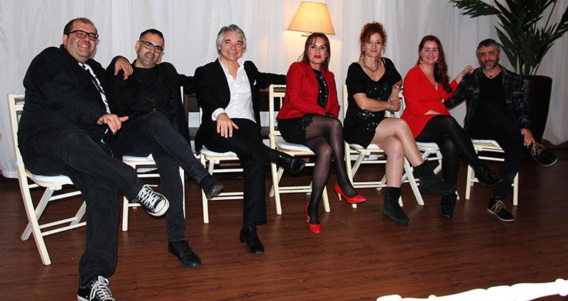 Julia Cortés, en el centro, con los artistas que actuaron en la cena