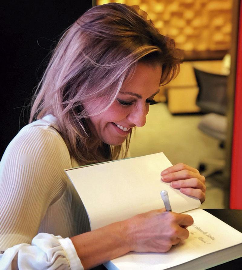 Ángeles Blanco firmando ejemplares de su novela. Foto: Cedida