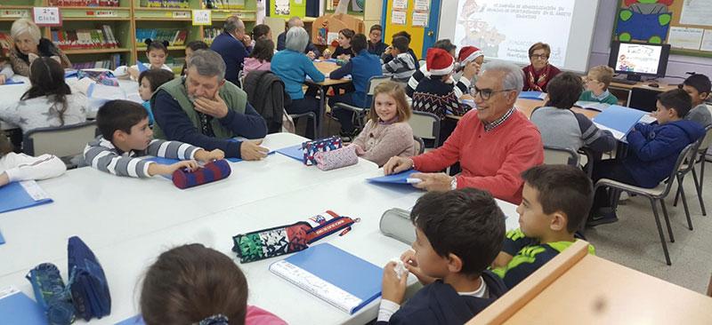 Los mayores y pequeños comparten juegos y actividades. Foto: Cedida