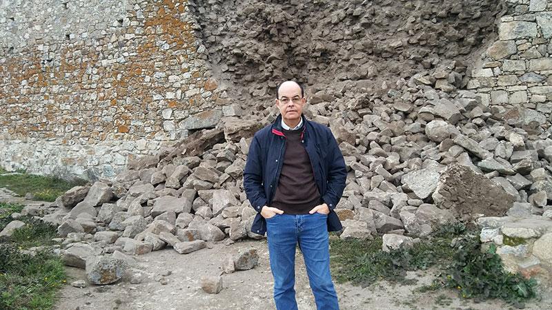 José Antonio Ramos, delante del lienzo derrumbado. Foto: Cedida